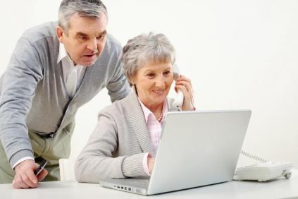 3344654-seniorzy-przed-komputerem-900-600